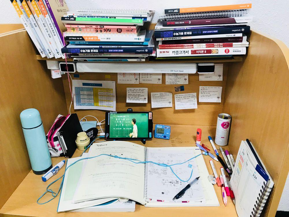 여학생 캠퍼스 개방형 책상