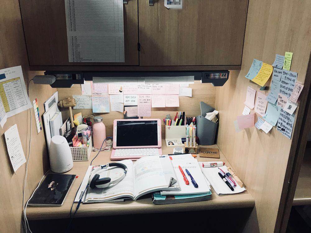 여학생 캠퍼스 독서실 책상